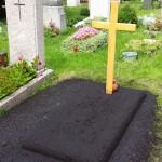 Provisorisches Grab mit Erdhügel und provisorischem Kreuz