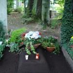 Provisorische Ruhestätte mit Blumenschmuck