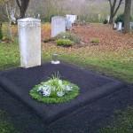 Provisorische Grabanlage quadratisch mit Blumendekoration